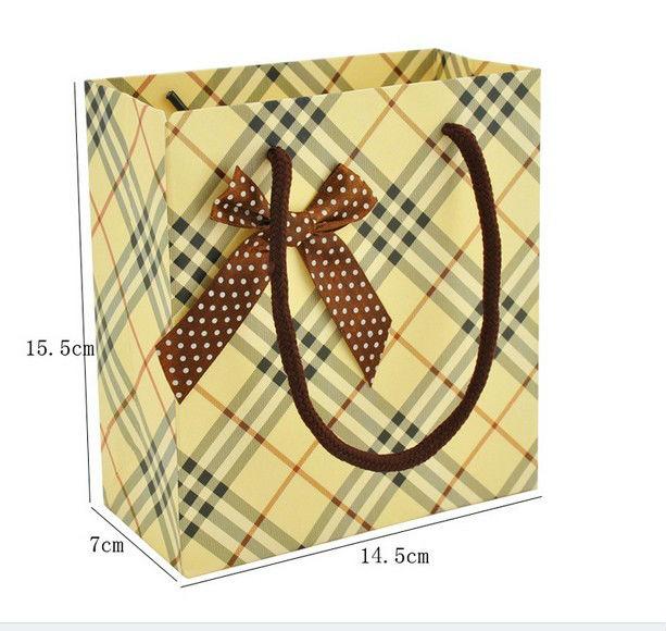 Túi giấy thời trang sọc ca rô